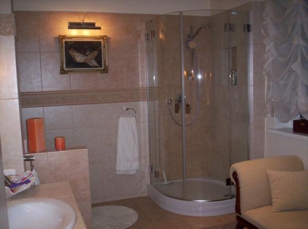 prysznic z przezroczystą szybą